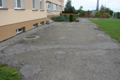 Plac przed szkołą w Rzepienniku Suchym przed