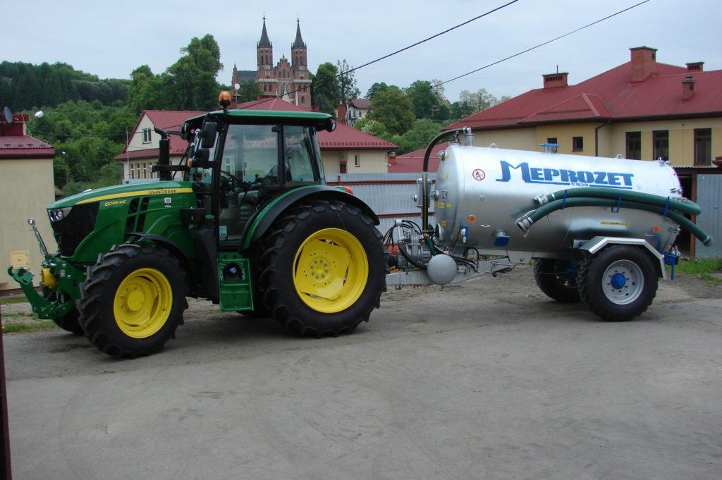 Ciągnik i wóz asenizacyjny